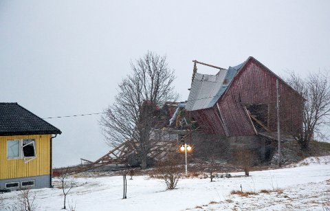 SKADER: Stormen Ylva gjorde skade på både en låve og et våningshus på Nesna i Nordland torsdag.