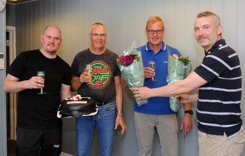 Serviceleder Thomas Folland (til venstre) og daglig leder William Storvik feiret kranpakken med kake og champagne og blomster til sine nye medarbeidere, konstruksjonssjef Harald Kåre Staurnes og teknisk salgssjef Even Kippernes.
