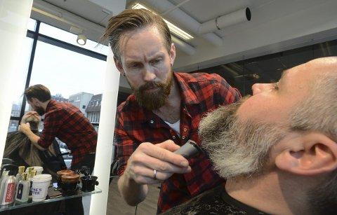 Thomas Ramstad trimmer skjegget til Mike Bugge Erlingsen. – Det er innafor å sette av en halvtime til å pleie skjegget, sier Erlingsen.