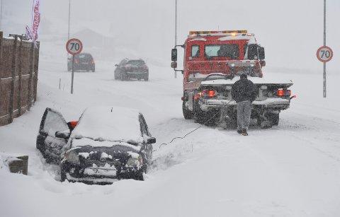 SNØ-TRØBBEL: Det er ikke alltid bare bare å kjøre på snødekte veier. Arkivfoto: Per Gilding