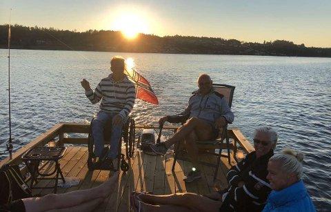 BYGGET FLÅTE: Arvid Gryte var lei av å plundre med båten, og laget heller en flåte med bedre plass til besøk.