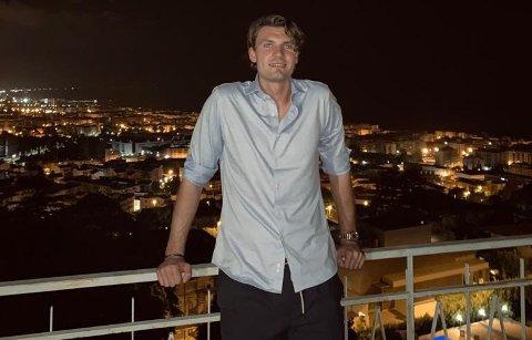 NYTER TILVÆRELSEN: Julian Kristoffersen (24) fra Horten lever drømmen i Sør-Italia. Nå har han tatt steget opp på det øverste hyllen i fotball-verdenen.