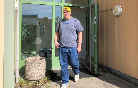 FORNØYD: Odin Nordby var veldig fornøyd med å ha fått første dose av koronavaksinen. Her er han på tur ut av vaksinelokalene på lena.