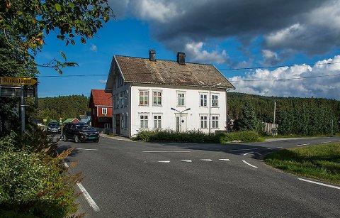 Dølemokrysset i Åmli har en sving på 90 grader. Bilføreren som var utsatt for et uhell her tidlig onsdag ettermiddag klarte ikke svingen.