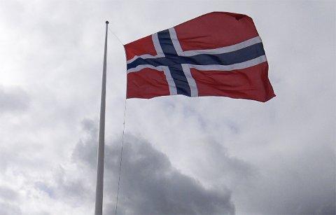 Flagget heises til topps mandag morgen.