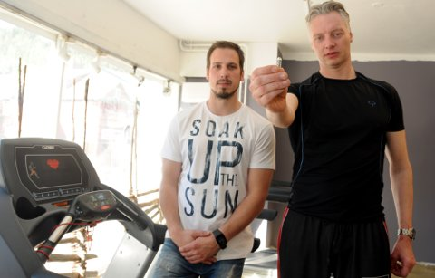 Tar sterkt avstand: Valdres Treningsklubb har nulltoleranse på dopingmidler, og Fredrik Kildal (t.v.) og Tommy Enger viser her ampullen med nandrobolin som ble funnet på toalettets golv.