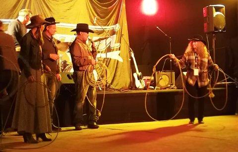 Lasso: Bernt Haakon Danielsson (midten) forklarer hvordan Anne Bjørgo (høyre) skal kaste lassoen for å fange kalven.