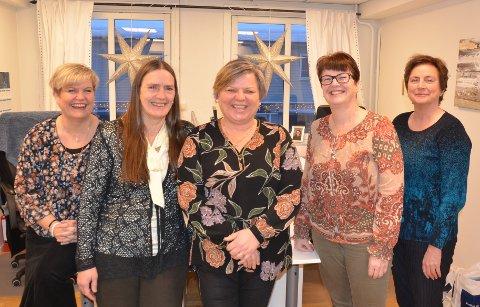 Fornøyde: Siv Frenning Djupdal (f.v.), Ellen Klevebråten, daglig leder Elin Hovi, Guri Svennæs og Hilde Rogne Brenden i kontorlokalene til Fjell Futurum AS midt i Fagernes sentrum.