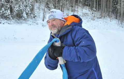 SETTERALLEKLUTERTIL:Lasse Hermansen kobler sammen slanger for snøproduksjon på langrennsarenaen i Varingskollen fredag formiddag.