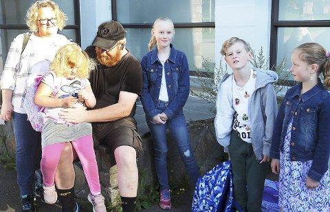 Skolestart: Familien Garder stilte mannsterkt opp. Fra venstre mamma Anette, førsteklassingen Eira, pappa Martin, Embla, Trym og Frøya.Alle foto: Ole Jonny Johansen