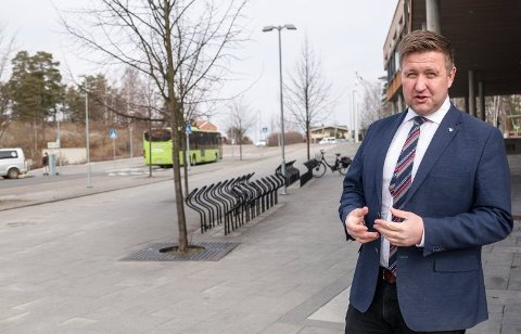 TILSYNSVAKTER: Ordfører Truls Wikcholm forteller at Nesodden kommune kommer til å ha tilsynsvakter ved flere skøytebaner søndag.
