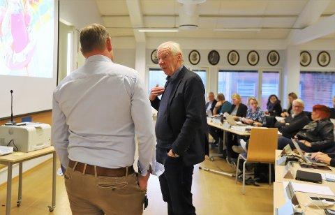 Styreleder ved Bølgen Bad, Alf Hildrum i samtale med ordfører Hans Kristian Raanaas før møtet.