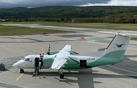 PÅ FLYPLASSEN: Widerøes Dash 8-100 på oppstillingsplassformen på Røros.