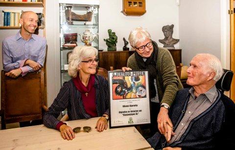 Familien Bjørneby ved Nikolai, hans kone Kirsti, og sønnen Gisle mottar Gjertrudprisen 2017 fra leder Eva Bjøreng i Kulturvernrådet i Akershus.