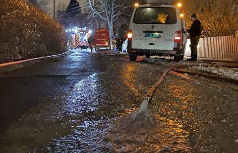 MANGE LEKKASJER: Flere eiendommer fikk vann i husene sine etter lekkasjen i Bjørnveien tirsdag kveld.