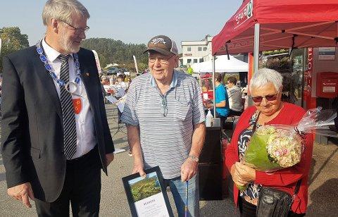 Astrid og Reidar Birkeland har fått eldreprisen i Masfjorden, overrekt av ordførar Karstein Totland.