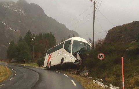 Bussen var på vei tilbake fra et charteroppdrag da ulykken skjedde. Bildet er tatt søndag formiddag.