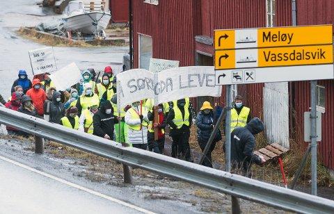Aksjonistene fra Søndre Meløy, som gikk i demonstrasjonstog på Ørnes 18. november for å protestere mot forslaget om å  legge ned Halsa skole og Vall sykehjem, kan nå legge bort plakatene sine.