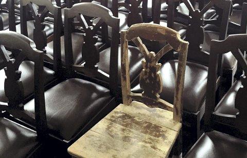 De gamle stolene som ble funnet på loftet på Fløien Folkerestaurant har nå fått nytt liv. Alt er som på originalene, unntatt selve setet, som på den nye utgaven har fått en skinnpute. – Det har å gjøre med vår tids komfortoppfatning. På en restaurant kan vi egentlig ikke sette noen rett på et tresete, mener Saudan.