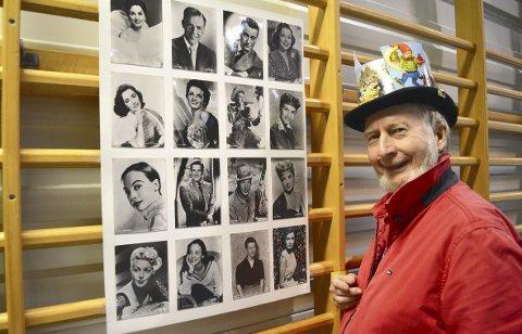 STJERNER PÅ KORT: Nils Eileng iført sin høyst spesielle «messehatt» som selvsagt består av postkort. Plansjen han viser frem er full av postkort med bilder av gamle filmstjerner. I hele helgen finner du den ivrige samleren på messen i Turnhallen. FOTO: TOM R. HJERTHOLM