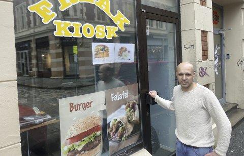Vis-à-vis politistasjonen ligger falaffel-spesialisten Freak Kiosk. Spisestedet er ikke regulert for matservering, noe som kan ta måneder å få på plass.