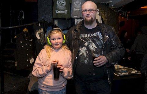 John Ivar Eide fra Voss hadde tatt med seg datteren, Ingrid Elise Eide (9), for å oppleve en ekte rockekonsert. – Vi har reist fra Voss kun for denne konserten. Ingrid Elise trenger å oppleve en ekte rockekonsert, sier faren. Foto: Anders Kjølen