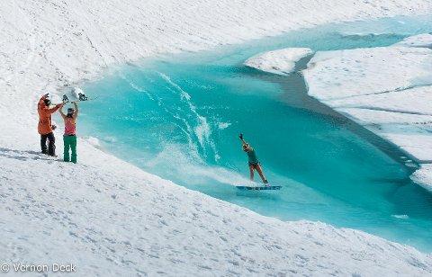 Forholdene på Fonna er nydelige for tiden, melder daglig leder for skisenteret. Dette arkivbildet viser andre som også driver med pond skim ved foten av isbreen.