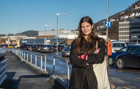 Lykke Nygaard må tenke seg om en liten stund og uttrykker litt sympati med dem som bor i Hordvik før hun lander på at hun helst vil ha lavere kollektivpriser. Foto: EIRIK HAGESÆTER