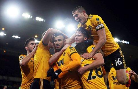 Romain Saiss (nummer tre fra venstre) jubler etter scoringen sin mot West Ham. Wolverhampton Wanderers har tre seire på rad nå, men de hater mandagskamper. Ryker seiersrekken i kveld?   (David Davies/PA via AP)