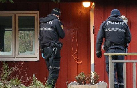 Politiet gjorde åstedsundersøkelser i hytten på lørdag.