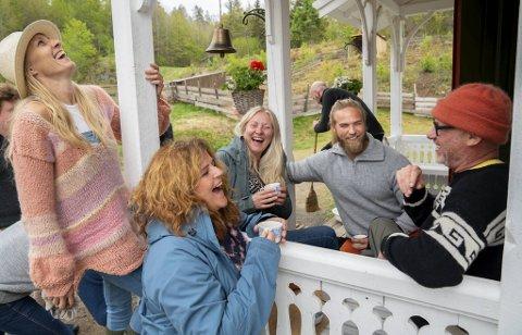 Tolv deltakere har flyttet inn på «Farmen kjendis»-gården. Blant andre (fra venstre) Sølje Bergman (45), Signy Fardal (58), Eli Kari Gjengedal (49), Lasse Matberg (34) og Espen Thoresen (61).