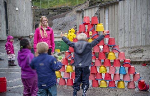 Anne Mari Eggen (25) elsker å være sammen med barna i Fantoft barnehage: – Man får mye kjærlighet, sier hun til BA.