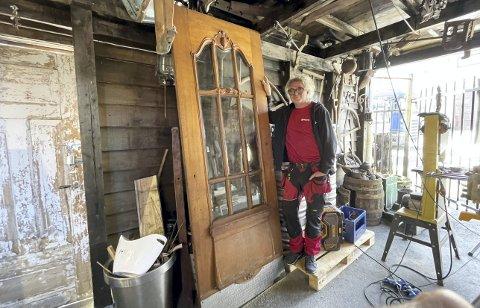 I øyeblikket står døren hos Roger Iversen på Nøstet. Nå håper han å finne den andre halvdelen av svingdøren, som var i bruk på Hotell Norge frem til 1961. Foto: TOM R. HJERTHOLM