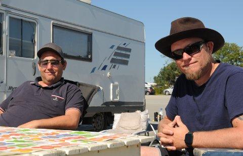 Nyter siste sommerdager: Kameratene Petter (t.v.) og Vegard treffes ofte med hver sin bobil på Sokn camping.