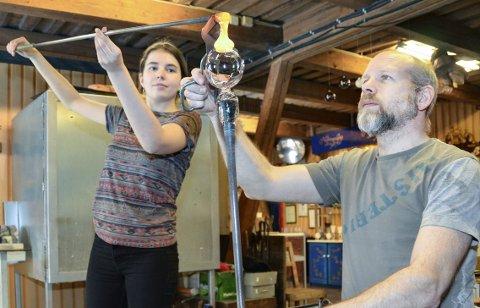 Drømmen:  Maja Larsson (f.v.) drømmer om fagbrevet som glassblåser, men det får hun ikke uten å ta norskkurs.— Det er helt tullete i et praktisk fag som dette, sier glassblåser og lærer Daniel Erlandson, ved  Nøstetangen Glass.