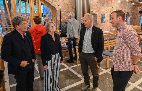 NI ÅR: – Det vil gå minst ni år før den nye avkjøringsveien kan tas i bruk, var svaret fra Thomas Tvedt (t.v.) til Vegard Jelstad (t.h.) som spurte om når den nye Sigdalsavkjøring kan bli en realitet. Her sammen med Gro Ryghseter og Olav Skinnes.