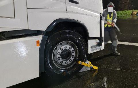 PARKERT: En hjullås hindret dette vogntoget fra å fortsette turen. Hjullåsen blir stående på fram til eieren har betalt gebyret for overlast.
