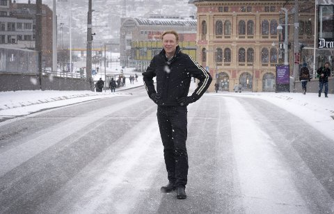 TRAFIKKEN: Kollektive løsninger må prioriteres fremfor personbiltrafikken, slik som det har blitt her på Bybrua, sier Roar Carlsen. Han er leder i  Naturvernforbundet i Drammen.