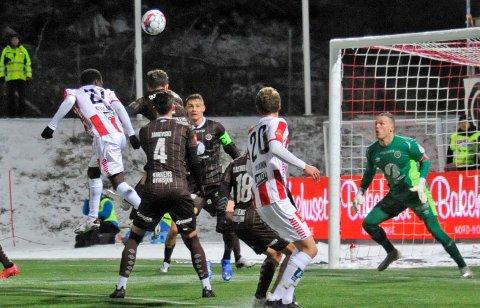 NYTT TAP: Tromsøs Eric Kitolano header mot Mjøndalens keeper Idar Nordby Lysgård  under eliteseriekampen i fotball mellom Tromsø og Mjøndalen på Alfheim.