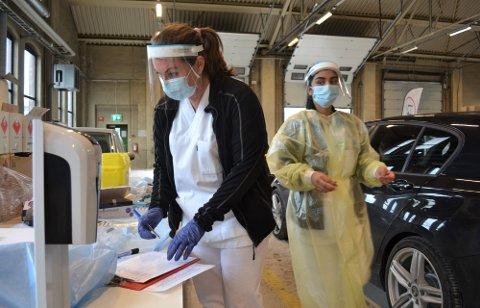 Testansvarlig Lene Ødegaard (t.v.) og kollegaen, hadde nok å henge fingrene i, da teststasjonen på Sundland åpnet opp for hurtigtesting av russen tidligere i måneden.  Mange har testet seg i pinsen.