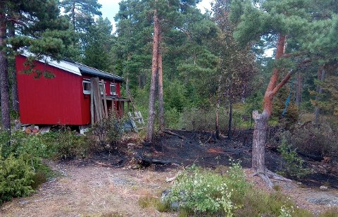 SMÅ MARGINER: Det var ikke mye om og gjøre før flammene nådde uthuset til speiderhytta. Bildet er tatt dagen etter brannen.