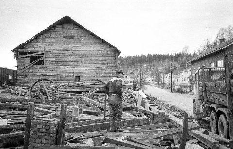 Pakkhuset: Våren 1975 ble Pakkhuset i Skotselv revet. Bygningen var i sin tid brukt av cellulosefabrikken, og om man ikke kan kalle det for et signalbygg, var det et markant trekk i «bybildet» på stedet. Foto: Jan Rasmussen