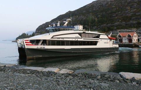 Norled si ekspressrute Bergen-Selje stoppar i Leirgulen. Hornelen i bakgrunnen.
