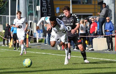 Thomas Hallstensen i kamp for Odd 2 mot Rosenborg og Samuel Adegbenro
