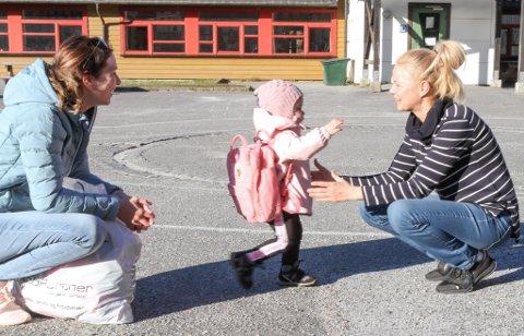 GLEDE: Då Torvmyrane barnehage opna dørene igjen i april i fjor var vesle Victoria Gjerstad kjempeglad for å sjå Stine Jensen igjen. Mor Marita Gjerstad til høgre.