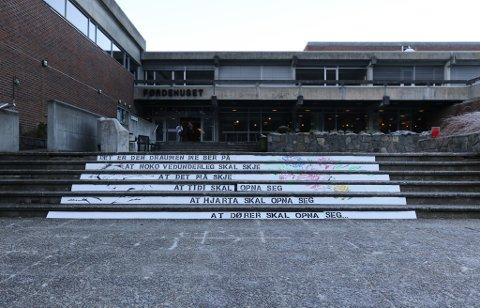 GATEKUNST: Fredag i førre veke kom dette opp på trappa til Førdehuset.