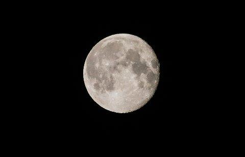 FORMØRKING: Seint tysdag kveld og utover natta kan ein få oppleve ei delvis måneformørking der godt over halvparten av måneskiva blir formørka.