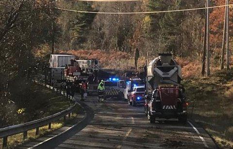 PÅ STADEN: Politiet er no framme ved ulykkesstaden på E39.