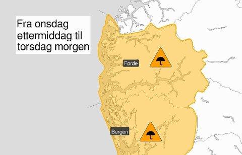 ORANSJE: Det er venta svært kraftige byer i Sogn og Fjordane og Hordaland seint onsdag ettermiddag.