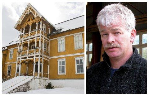 KAN PUSSAST OPP: Erlend Gjelsvik avviser påstandane om at Jølster hotell er ei «rønne». Han meiner det kan bli fint dersom ein pussar opp og skiftar tak.